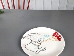Kaninchen mit Blumenplatte